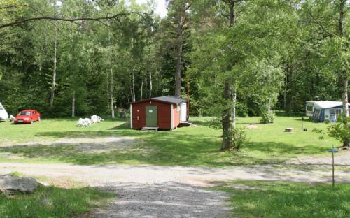 Service byggnaden ligger mitt bland camping platserna